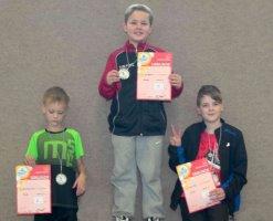 Voller Stolz zeigen die Teilnehmer der Sander Tischtennis-Mini-Meisterschaft ihre Urkunden und Präsente.