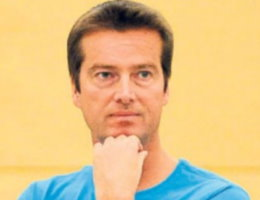 Sandes Trainer Markus Brockhoff freut sich mit den Oberliga-Volleyballerinnen über den 3:1-Sieg in Münster.