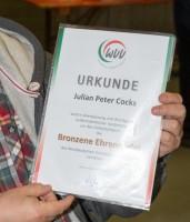 Julian Cocks mit Verleihungsurkunde des Westfälischen Volleyball-Verbandes