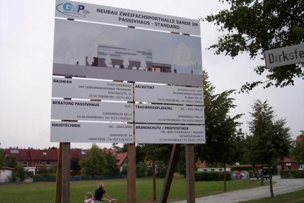 Das Bauschild für die künftige Sander Sporthalle